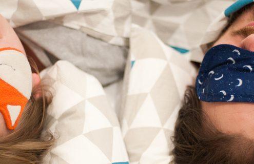 Ultracinquantenni, 1 su 2 dorme poco e male: a rischio la salute della coppia.